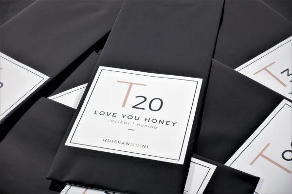 Deze heerlijk zoete rooibos thee T20 LOVE YOU HONEY doet zijn naam eer aan