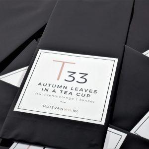 heerlijke herfstthee Autumn Leaves in a Tea Cup, in een glanzend zwarte verpakking met stijlvol etiket
