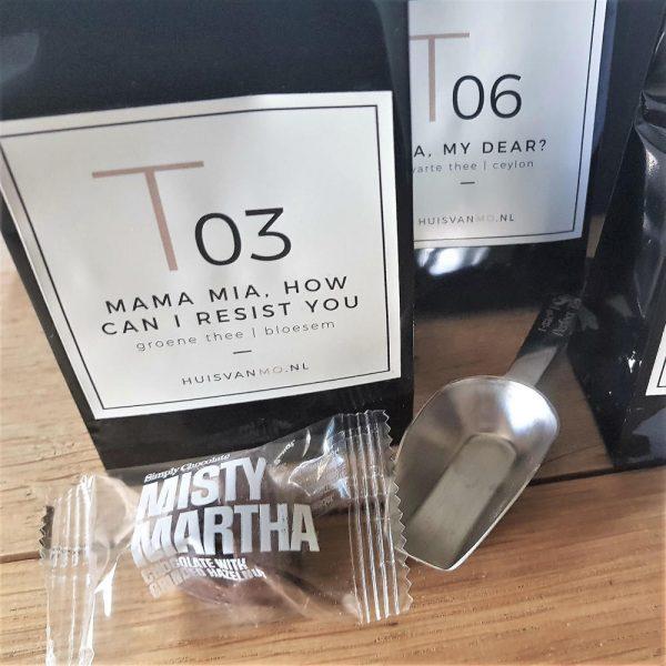 het is goed thee zetten met dit thee pakket met 3 soorten thee, chocola, theeschepje en een mini-poster