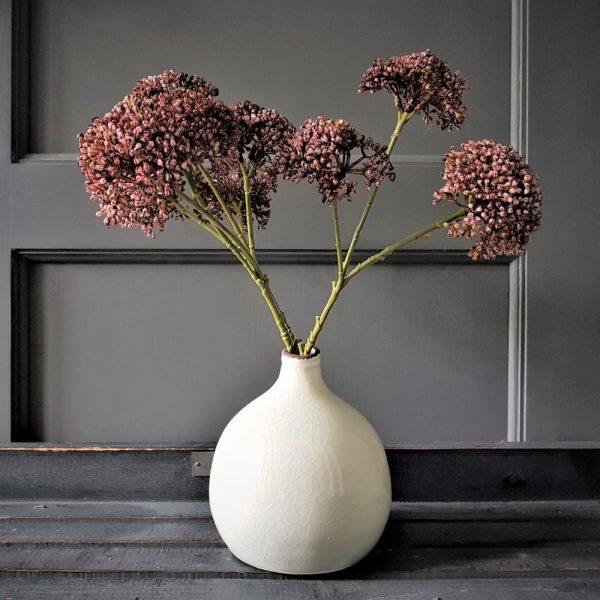 een mooie combinatie, dit bolvaasje met stijlvolle kunstbloemen
