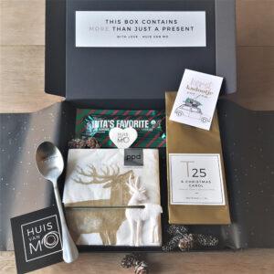 leuk en lekker brievenbuspakje voor kerst, met thee en chocola, de favoriete lekkernijen van de kerstman