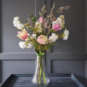 vrolijk voorjaarsboeket van kunstbloemen in wit en roze met tulpen en kersenbloesem