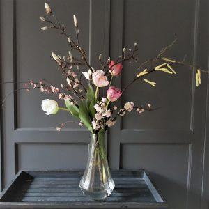 prachtig voorjaarsboeket van kunstbloemen met o.a. mooie magnoliatakken en tulpen