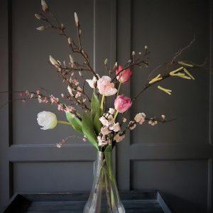 prachtig voorjaarsboeket van kunstbloemen, met tulpen en magnolia