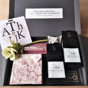 Dit stijlvolle brievenbuspakketje met o.a. heerlijke thee, chocola en een bloem, is een super lief kadootje als bedankje