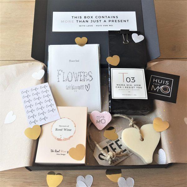dit brievenbuspakket met heerlijke thee, rosé winegums, bloemzaadjes en een zeephart is echt een lief kadootje voor Moederdag