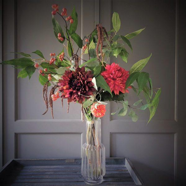 prachtig herfstboeket met grote dahlia's in warme rozerood tinten