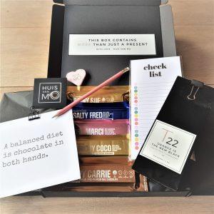 super leuk en lekker chocolade pakket met 5 soorten chocola, een zakje thee, een toepasselijke kaart, een noteblock en potlood