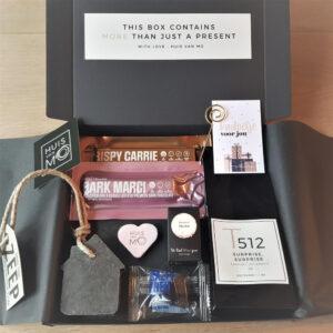 De leukste sint cadeautjes vind je bij HUISvanMO, zoals dit brievenbuspakketje met sinterklaasthee en chocola met marsepein