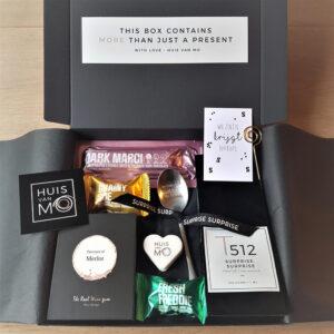 Dit brievenbuspakketje is een verrassend lekker en leuk sinterklaas cadeau, met heerlijke thee, chocola en verrukkelijke winegums