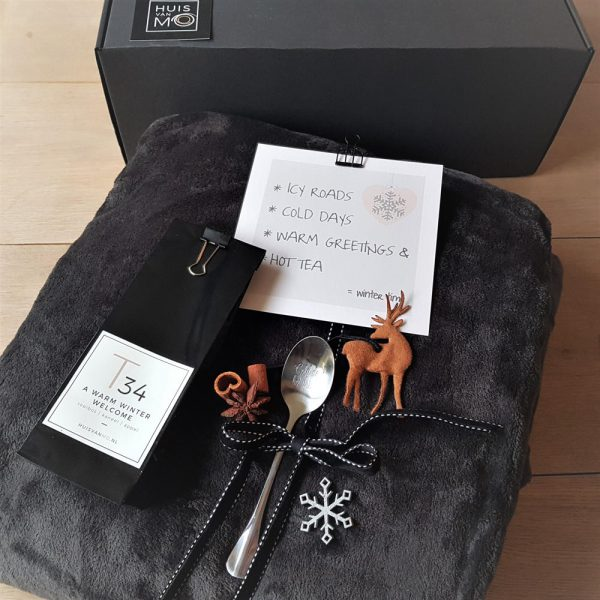 een heerlijk warm winter kado met een super zacht plaid, smaakvolle thee, een stijlvolle theelepel en een mooie kaart
