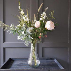 prachtig boeket van mooie kunstbloemen in wit, grijsgroen en lichtroze