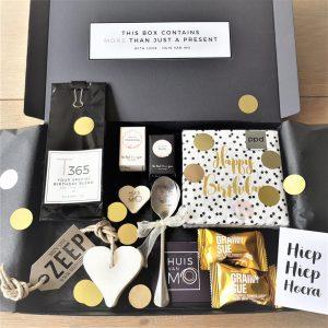 een feestelijk verjaardag brievenbuskadootje in wit, goud en zwart mét confetti