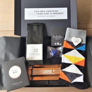 echt een leuk mannen kadootje, dit brievenbuspakket met o.a. sokken, thee, chocola en winegums