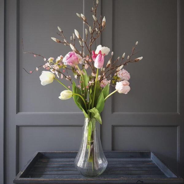 stijlvol voorjaarsboeket met een prachtige magnolia tak en heel veel mooie tulpen