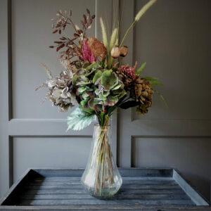 stijlvol vergrijsd herfstboeket van kunstbloemen met een hoofdrol voor 3 prachtige hortensias