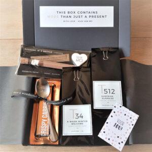 Chocola door de brievenbus, met dit pakketje gevuld met thee, een reep Crispy Carrie chocola én hot chocolate